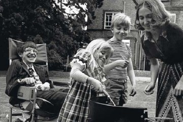 Stephen-Hawking-having-a-barbecue-with-his-then-wife-Jane-Wilde-Hawking-and-his-kids-Robert-and-Lucy-1977