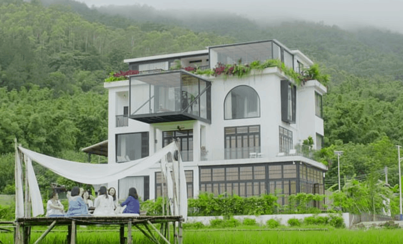 Seven Friends Bought A Mansion So They Can All Live Together When They're Old